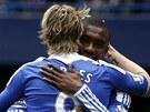 GRATULACE. Fernandu Torresovi (zády) gratuluje ke gólu Salomon Kalou. Útočník