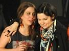 Anna K., která zvítězila v kategorii Zpěvačka roku, v objetí s Anetou Langerovou, ta obsadila druhou příčku (2012).
