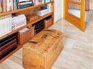 Nové vybavení obývacího pokoje vhodně doplňuje starý nábytek.
