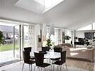 Interi�r domu je d�ky velk�m prosklen�m ploch�m a st�e�n�m okn�m pln� denn�ho