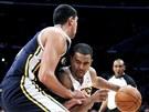 Ramon Sessions z LA Lakers se tla�� do Enese Kantera z Utahu,