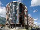 Budova nab�z� velice prosv�tlen� kancel��e d�ky francouzsk�m okn�m na celou