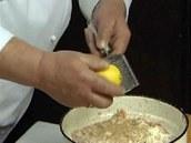 Přistrouhejte trochu citronové kůry z chemicky neošetřeného citronu.