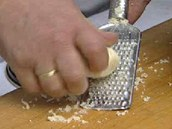 Na brambory si ještě na jemném struhadle nastrouhejte čerstvý křen.