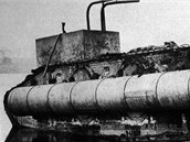 Tank (obrněný transportér) Mark IX vybavený kesony Camel byl prvním