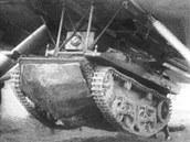 T-37 byl prvním sériově vyráběným plovoucím tankem. Zde zavěšený pod trupem