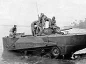 Japonský tank Ka-Mi při výjezdu zvody. Odhazovací příď a záď zajišťovaly