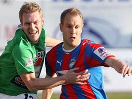 NEPŘEKÁŽEJ. Jablonecký fotbalista Karel Piták (vlevo) se v zápase proti Plzni