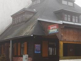 Barevná dřevěnka v Kocbeřích je atraktivní hlavně pro pivaře.