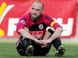 VELK� ZKLAM�N�. Kapit�n bud�jovick�ch fotbalist� Roman Lengyel sed� smutn� na zemi. Jeho t�m vedl dv� minuty p�ed koncem 2:0, p�esto z�pas nevyhr�l.
