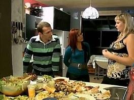 Stůl hrůzy studentky Kamily je plný tučného a sladkého jídla.