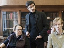Agnieszka Hollandov� a herec Vojta Kotek p�i nat��en� s�ri Ho��c� ke�.