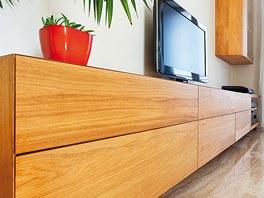 Také nábytek do obývacího pokoje navrhl Marek Heliman. Vychází ze stejného