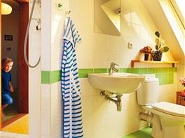 Dvě malé koupelny propojuje sprchový kout.