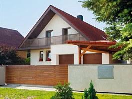 Dům se stavěl 17 let, je dvougenerační, proto dvě garáže.