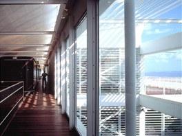 Budova je vystavena slunci i větru, kterému se nemohla postavit čelem, jinak by