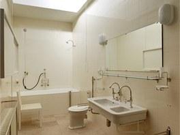 Koupelny vypadají jako původní, ale například vnitřek baterií už odpovídá