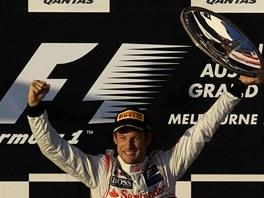 RADOST VÍTĚZE. Britský pilot Jenson Button se raduje z triumfu ve Velké ceně Austrálie formule 1.