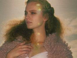 Zuzana K na fotografi�ch skv�le p�edv�d� spodn� pr�dlo, klasickou eleganci i