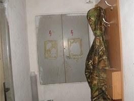 Vstup do jedné z pěstíren maskovala šatní stěna se zámkem. Policisté kvůli ní...