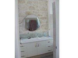 Koupelna s pr�hledem na starou ��st