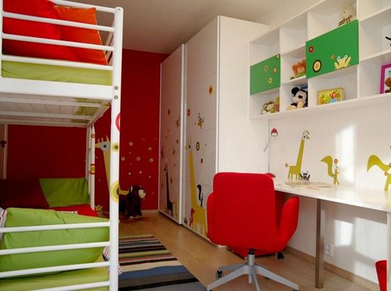 Pokoj pro dvě holčičky lze odstraněním samolepek snadno proměnit na studentský.