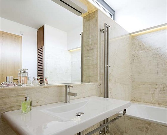 Velkoformátové onyxové desky, které zdobí koupelnu, byly vybrány a řezány