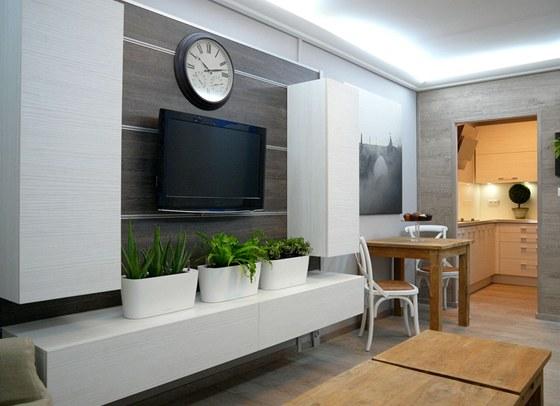 Stůl v novém pokoji logicky navazuje na kuchyň.