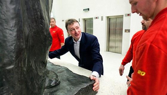St�hovac� firma um�stila do Veletr�n�ho pal�ce sochu spisovatele Honor� de