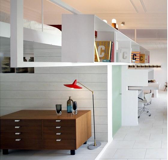 V obývací části je příborník od amerického designéra George Nelsona, vyrobený