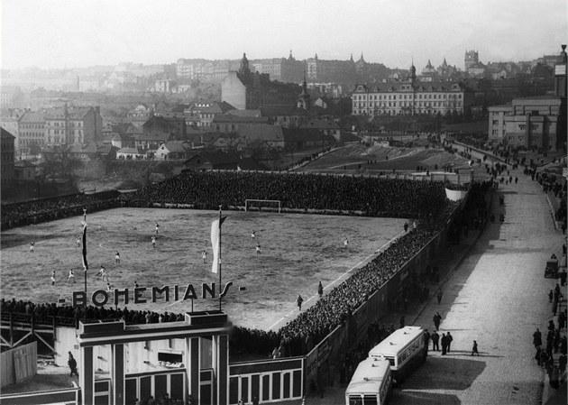 Stadion byl otev�en 27. b�ezna 1932, první utkání sehrála Bohemka se Slavií. Ve