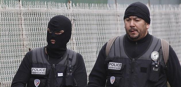Francouz�tí policisté na míst� zásahu (21. b�ezna 2012)