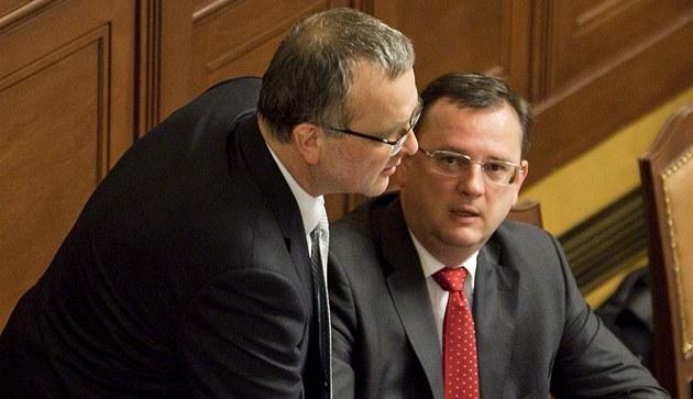 Premiér Petr Ne�as a ministr financí Miroslav Kalousek p�i hlasování o ned�v��e