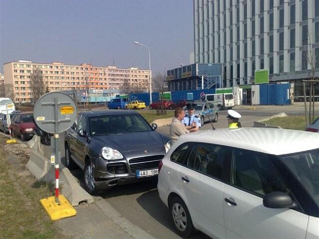 Pra�ský lobbista a podnikatel Roman Janou�ek stojí u svého Porsche Cayenne...