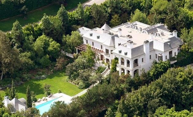 D�m na adrese North Carolwood 100 v luxusní �tvrti Holmby Hills je popisován...