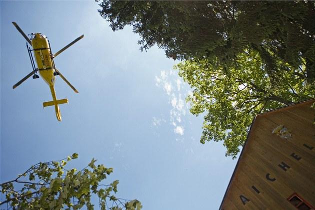 Pod svateb�any se v lét� 2010 probo�ily trámy mostku na hrádku Aichelburg na...