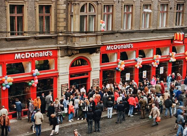Otev�ení prvního fastfoodu pod zna�kou McDonald's v �esku se t�ilo u Pra�an�