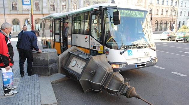 �idi� autobusu liberecké MHD srazil za radnicí historickou meteorologickou
