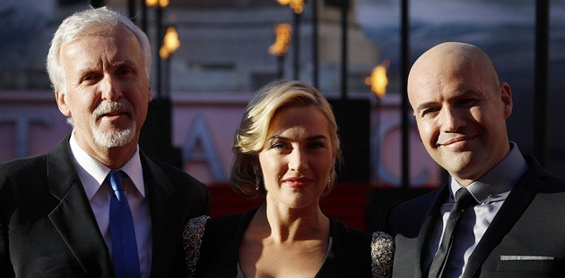 James Cameron, Kate Winsletová a Billy Zane na světové premiéře filmu Titanic...