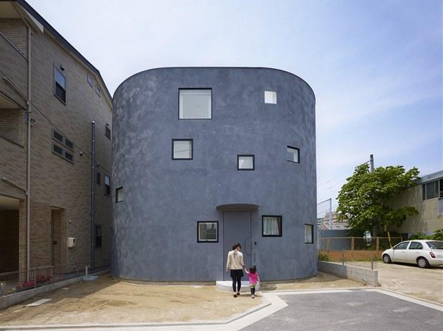 Oválná stavba, a� budí dojem masivní betonové konstrukce, je ekologickou