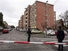 Francouz�t� policist� p�ed domem, kde se ukr�val podez�el� ze st�elby p�ed