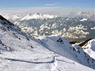 Z Wiedersberger Hornu i teď na jaře lyžaři sjíždějí volným terénem zpátky do