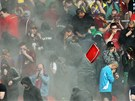 ŠEDÝ DÝM. Sparťanští příznivci si museli krýt obličej před kouřem z dýmovnice.