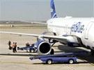 Zam�stnanci leti�t� v Amarillu vynd�vaj� zavazadla z letadla spole�nosti
