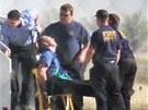 Zdravotn�ci vynesli kapit�na letounu na nos�tk�ch. Letoun spole�nosti JetBlue