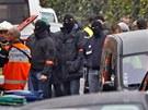 Francouz�t� policist� a z�chran��i stoj� nedaleko budovy, ve kter� se