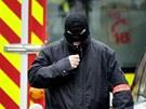 Maskovan� francouzsk� policista proch�z� nedaleko budovy, ve kter� se