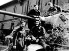 Na blatníku sedí velitel tanku Mikuláš Končický, nad ním se o hlaveň opírá Josef Gregor. Ten ale o pár dnů později - před ostravskou radnicí - padl.