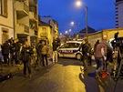 Novin��i �ekaj� u ulice v Toulouse, kde francouzsk� policie v noci obkl��ila