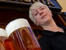 Hospodská Jana Kudrová točí v hradeckém hostinci U Kohouta stejnojmenné pivo.